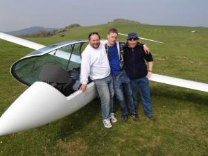 V.l.n.r.: Klaus Kahler, Michael Wackerbarth und Benjamin Korell vor dem vereinseigenen Duo Discus XL auf dem Segelfluggelände Zierenberg-Dörnberg